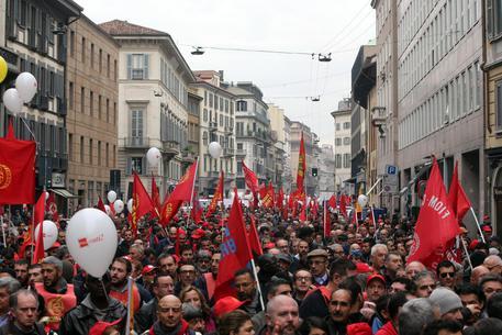 Manifestazione degli operai contro governo e Jobs Act a Milano, 14 novembre 2014. MATTEO BAZZI / ANSA